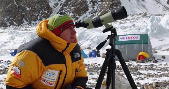 """""""Myślę, że ta decyzja Denisa Urubki o opuszczeniu wyprawy spowodowała jeszcze większą konsolidację pozostałego zespołu. Mamy teraz jeden zespół, jeden cel i wyprawa dalej działa"""" - mówi w rozmowie z RMF FM szef programu Polski Himalaizm Zimowy Janusz Majer. Denis Urubko przedwczoraj podjął samotną próbę wejścia na szczyt K2. Dziś wrócił do bazy i podjął decyzję o opuszczeniu wyprawy. Przez dwa dni nie było z nim kontaktu. Urubko nie zabrał ze sobą radiotelefonu. """"Była to bardzo nieodpowiedzialna decyzja. Sam się dziwię, że tak doświadczony człowiek jak Denis Urubko na coś takiego się zdecydował"""" - przyznaje Majer w rozmowie z Michałem Rodakiem."""
