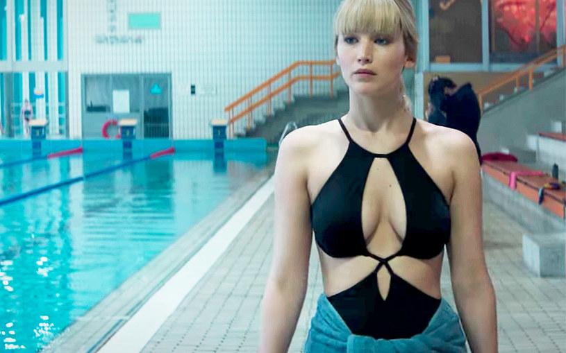 """Jennifer Lawrence przyznała, że decyzja o wystąpieniu w filmie """"Czerwona jaskółka"""" była niezwykle trudnym wyborem. Wszystko z powodu nagiej sceny, w której miała wystąpić w obrazie Francisa Lawrence'a."""