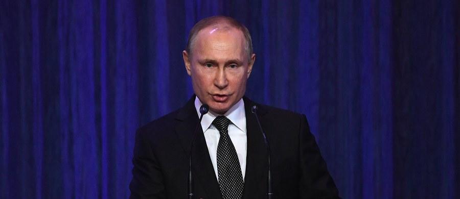Władimir Putin podpisał nowy program zbrojeń. Rosja chce wydać 20 trylionów rubli, to ponad 33 miliardy dolarów, które mają zostać wydane do 2020 roku. Program został wprowadzony po dwu letnim opóźnieniu, na co decydujący wpływ miał spadek cen ropy naftowej. Mimo kryzysu i ubożenia społeczeństwa władze Rosji zdecydowały o dalszych zbrojeniach.
