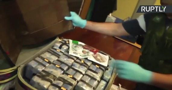 Afera kokainowa w rosyjskiej ambasadzie w Argentynie zatacza coraz szersze kręgi. W przemyt musieli być zaangażowani wysocy przedstawiciele władz Rosji - twierdzi strona argentyńska. Jak ujawniono, w 2016 roku na terenie rosyjskiej ambasady odnaleziono blisko 400 kilogramów kokainy, która miała trafić do Rosji, a potem do krajów europejskich. Wartość narkotyków to 50 milionów dolarów. Po trwającej 14 miesięcy wspólnej operacji argentyńskich i rosyjskich śledczych aresztowano 3 Argentyńczyków i dwóch Rosjan.
