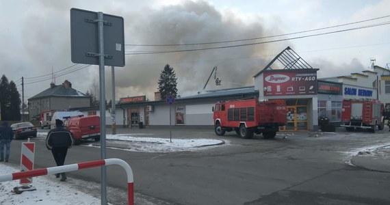 Pożar w kompleksie handlowym w Pilźnie na Podkarpaciu. Z budynku jeszcze przed przyjazdem strażaków ewakuowało się 20 pracowników i klientów. Nikomu nic się nie stało. Jak ustaliliśmy, pożar prawdopodobnie wybuchł w kotłowni kompleksu. Informację o pożarze, zdjęcie i film z Pilzna dostaliśmy od Słuchaczy na Gorącą Linię RMF FM.