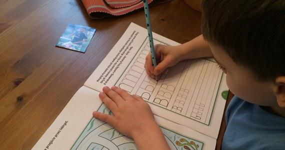 Dzieci rozpoczynające naukę w szkole nie  potrafią utrzymać w ręce długopisu – to wniosek brytyjskich ekspertów, którzy zbadali wpływ nowoczesnej technologii na fizjonomię człowieka. Doszli do wniosku, że już w najmłodszym wieku dzieci, zamiast malować kredkami i rysować ołówkiem, najczęściej poruszają się palcem po ekranie tableta.