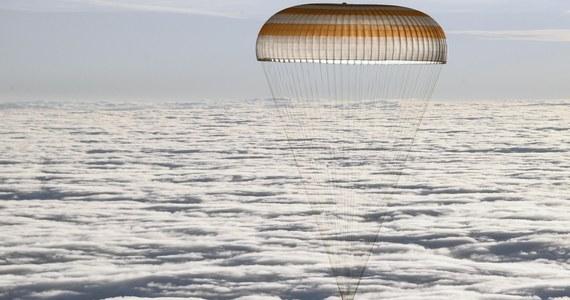 """Kapsuła Sojuz z trzema członkami załogi Międzynarodowej Stacji Kosmicznej (ISS) wylądowała bezpiecznie w środę rano na stepie w Kazachstanie - poinformowała amerykańska agencja kosmiczna NASA. """"Witamy w domu"""" - napisała agencja na Twitterze."""