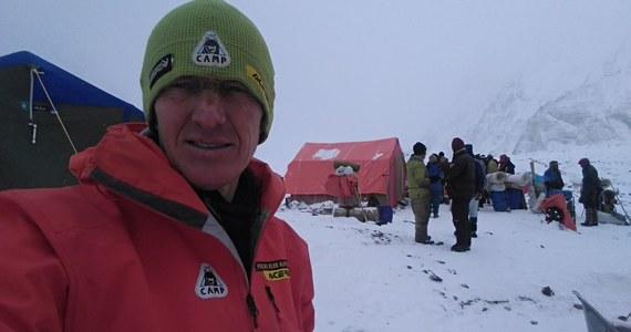 """Denis Urubko opublikował w internecie kolejny wpis, który sugeruje jego pożegnanie z wyprawą na K2. """"Schodzę. Nigdy nie sądziłem, że to się tak skończy. Wiele nie zależało ode mnie, takie są fakty. Przyjaciele we Włoszech czekają na mnie na ciepłych szlakach. Dobrej wiosny!"""" – napisał alpinista na Twitterze."""