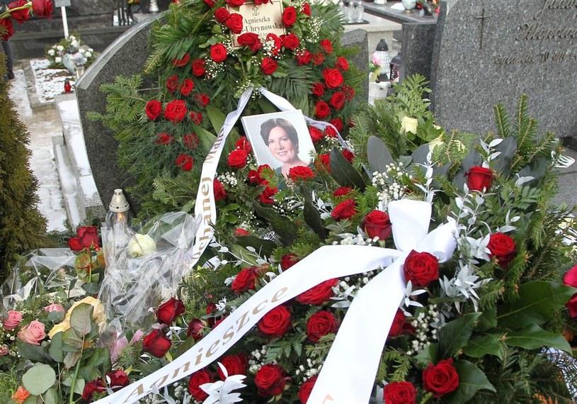 """Rodzina, przyjaciele, znajomi i tłumy fanów pożegnały Agnieszkę Kotulankę. Urna z prochami zmarłej 20 lutego aktorki spoczęła w rodzinnym grobie na cmentarzu w Legionowie. Podczas pogrzebu miał miejsce przykry incydent. Ktoś nagle krzyknął: """"Miał pan tupet, że pan tu przyszedł"""". O kogo chodziło?"""
