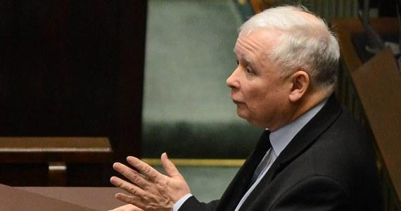 """""""W komisji etyki poselskiej większość ma opozycja, werdykt był więc do przewidzenia"""" - tak Jarosław Kaczyński komentuje decyzję o ukaraniu go upomnieniem za wypowiedź w Sejmie o """"zdradzieckich mordach"""" i """"kanaliach"""". Według prezesa PiS, wypowiedź, którą zajęła się komisja, trzeba odbierać w kontekście """"brutalnych ataków opozycji"""". Decyzja posłów z sejmowej komisji etyki zapadła na zamkniętym posiedzeniu."""