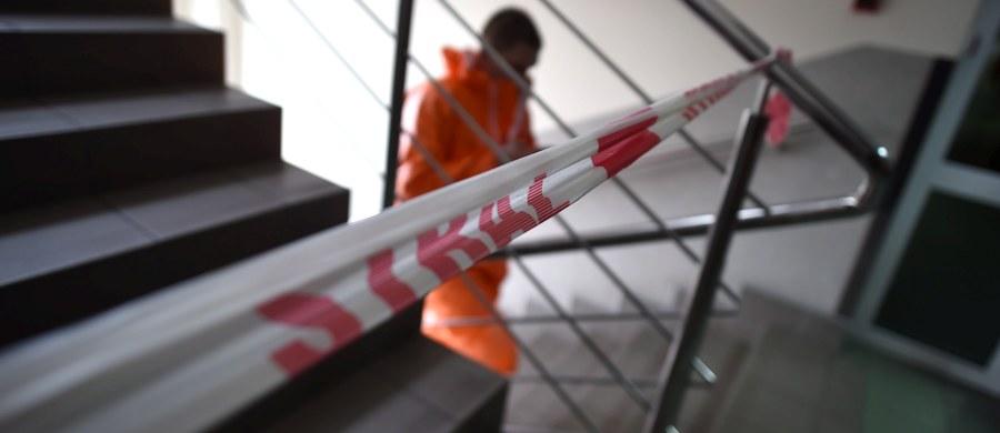 25 lat więzienia, a później 12 lat zakazu zbliżania się do pokrzywdzonej na odległość bliższą niż 100 metrów - to prawomocny wyrok dla 52-letniego mężczyzny, który na korytarzu łódzkiego sądu oblał kobietę kwasem. Od wyroku przysługuje kasacja do Sądu Najwyższego.