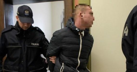 Po wpłaceniu kaucji może opuścić areszt 21-latek, z sześcioma zarzutami, w tym sprowadzenia niebezpieczeństwa katastrofy w ruchu lądowym - zdecydował gdański sąd. Według nieoficjalnych informacji chodzi o wnuka byłego prezydenta Lecha Wałęsy. Kaucja, jaką wyznaczył sąd, to 10 tys. zł.