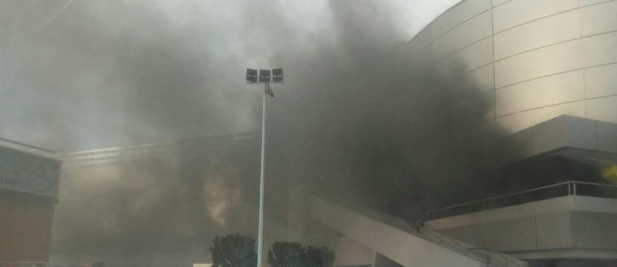 Kłęby dymu unoszą się w pobliżu gdańskiej galerii handlowej Morena - zaalarmowali nas słuchacze. Jak informują służby, na podziemnym parkingu obiektu zapaliły się trzy samochody. Zdjęcia z miejsca zdarzenia dostaliśmy na Gorącą Linię RMF FM.