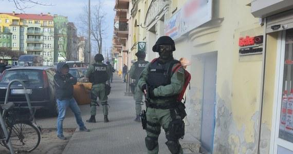 Pięć osób zatrzymali poznańscy policjanci w miejscu, w którym miały być sprzedawane dopalacze. Lokal zamknięto, a zabezpieczone substancje zostały przekazane do badań laboratoryjnych.