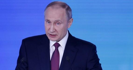 Prezydent Rosji Władimir Putin powiedział w orędziu do Zgromadzenia Federalnego (obu izb parlamentu Rosji), że w ciągu najbliższych miesięcy zostanie otwarty ruch samochodowy przez most na Krym. Rosja zaczęła budować most po aneksji Krymu w 2014 roku. Putin wygłasza orędzie w moskiewskim Maneżu przed zgromadzonymi tam parlamentarzystami, urzędnikami państwowymi i gubernatorami regionów Rosji. Rosyjski prezydent poinformował także, że Rosja rozpoczęła aktywną fazę testów nowej międzykontynentalnej rakiety balistycznej Sarmat.