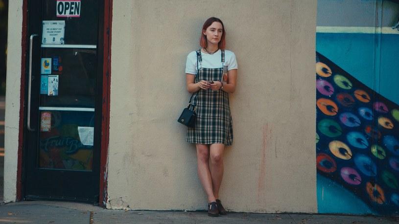 """""""Lady Bird"""" to film, który opowiada o wkraczaniu w dorosłość w wyjątkowy sposób. Z powodu pandemii koronawirusa kina są wciąż zamknięte, a to jedna z tych produkcji, do których warto wracać. Debiut reżyserski Grety Gerwig można oglądać na platformach streamingowych."""