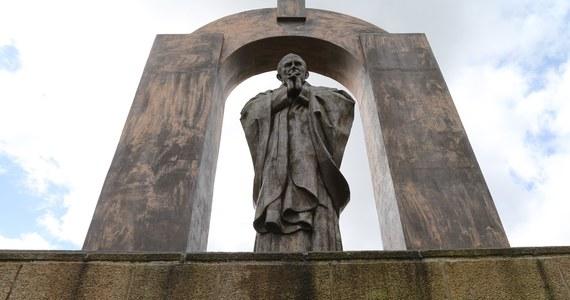 Rada miejska Ploermel w Bretanii (zachodnia Francja) zaaprobowała w czwartek jednomyślnie odstąpienie pomnika papieża Jana Pawła II katolickiej diecezji Vannes, do której należy miasteczko, za sumę 20 tys. euro. W końcu 2017 roku francuska Rada Stanu nakazała usunięcie krzyża z pomnika.