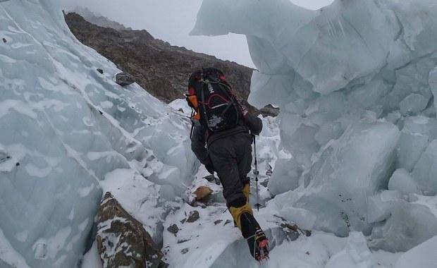 """""""Nadal czekamy wszyscy w bazie na poprawę pogody, na tę chwilę nie ma warunków do prowadzenia działalności w górze"""" - przekazał Marek Chmielarski, uczestnik narodowej wyprawy na niezdobyty zimą szczyt K2 (8611 m) w Karakorum."""