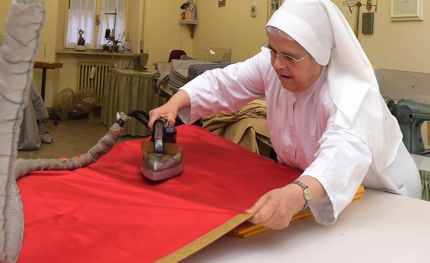 """""""Prawie bezpłatna praca zakonnic""""- to tytuł artykułu na łamach kobiecego dodatku do watykańskiego dziennika """"L'Osservatore Romano"""", który po raz pierwszy podejmuje kwestię sióstr traktowanych jak służące w domach kardynałów i biskupów."""