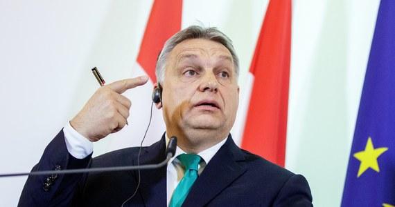 """Premier Węgier Viktor Orban oświadczył, że liczy się z tym, iż w wyborach parlamentarnych 8 kwietnia w wielu lub wszystkich okręgach wyborczych przeciwko kandydatowi koalicji rządzącej może stanąć tylko jeden kandydat opozycji. Orban powiedział w Radiu Kossuth, że przedterminowe wybory burmistrza miasta Hodmezoevasarhely w ostatnią niedzielę """"pełniły funkcję parlamentarnych prawyborów"""". W mieście tym niespodziewanie wygrał niezależny kandydat, którego poparły wszystkie partie opozycyjne, chociaż Hodmezoevasarhely to rodzinne miasto szefa kancelarii premiera, Janosa Lazara, który sam przez długie lata był tu burmistrzem."""