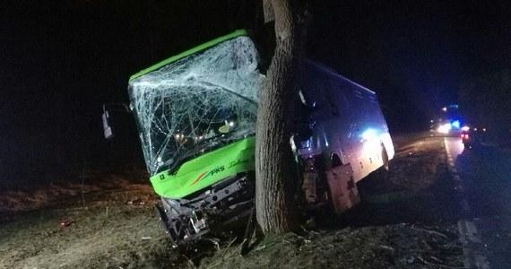 Wypadek w Lubuskiem. Autobus uderzył w drzewo niedaleko miejscowości Urad między Słubicami a Cybinką.