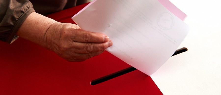 Krajowe Biuro Wyborcze od dziś ma nową szefową. Beatę Tokaj na stanowisku dyrektora zastępuje Magdalena Pietrzak - wybrana prawie dwa tygodnie temu przez Państwową Komisję Wyborczą spośród trojga kandydatów zaproponowanych przez szefa MSWiA. Pietrzak dotychczas pracowała w kancelarii premiera. Ma również doświadczenie samorządowe.