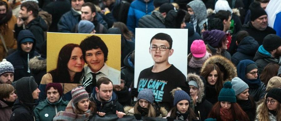 W miejscowości Sztiavnik w powiecie Bytcza na północnym zachodzie Słowacji kilkaset osób wzięło udział w pogrzebie zamordowanego w ubiegłym tygodniu dziennikarza śledczego Jana Kuciaka.