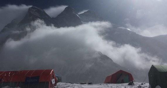 """Najpierw kilkudniowe oczekiwanie w bazie na tragarzy, potem trekking w dół - 5 do 7 dni – a następnie jeepami do Skardu, a potem samolotem do Islamabadu i podróż do Polski - tak wyglądają plany polskich himalaistów, którzy po odwrocie spod K2 szykują się do powrotu do kraju. Przedstawiciele wyprawy poinformowali dziś o """"zakończeniu akcji górskiej na K2"""". Taki komunikat przekazali na Facebooku. """"W oparciu o głęboką analizę sytuacji w porozumieniu z zespołem zdecydowałem dziś o zakończeniu akcji górskiej na K2"""" – czytamy. """"To była kluczowa historia, ten rekonesans, bo wyprawa chciała sprawdzić, jak u góry wygląda droga po tym parudniowym opadzie śniegu i załamaniu pogody. Sytuacja zastana wygląda kiepsko. Liny są zasypane, jest bardzo dużo śniegu na drodze do C1 i C2. I jest też niebezpieczeństwo lawin"""" – powiedział w rozmowie z RMF FM Janusz Majer szef Programu Polski Himalaizm Zimowy."""