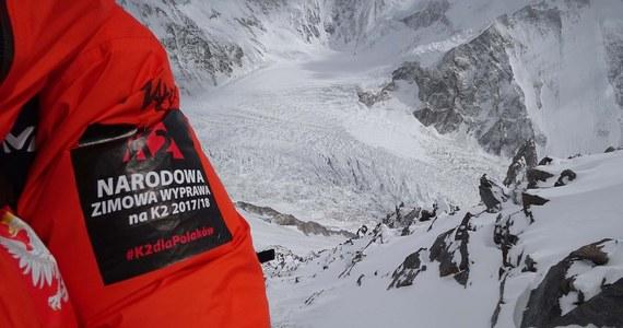 """""""Ta wyprawa dużo dała w tym znaczeniu, że kolejne pokolenie zmierzyło się z K2 zimą. Nabrało doświadczeń. Góra stoi i czeka na następne wyprawy"""" – tak krótko podsumowuje ekspedycję na ostatni niezdobyty zimą 8-tysięcznik Janusz Majer, szef programu Polski Himalaizm Zimowy. Przedstawiciele wyprawy poinformowali o """"zakończeniu akcji górskiej"""". K2 było wcześniej atakowane zimą trzykrotnie. Na przełomie 1987 i 1988 roku próbę podjęła międzynarodowa grupa pod kierunkiem Andrzeja Zawady, w 2003 roku ekipą dowodził Krzysztof Wielicki, a w 2012 roku wspinali się Rosjanie. Żadna z tych ekspedycji nie przekroczyła jednak wysokości 7650 m."""