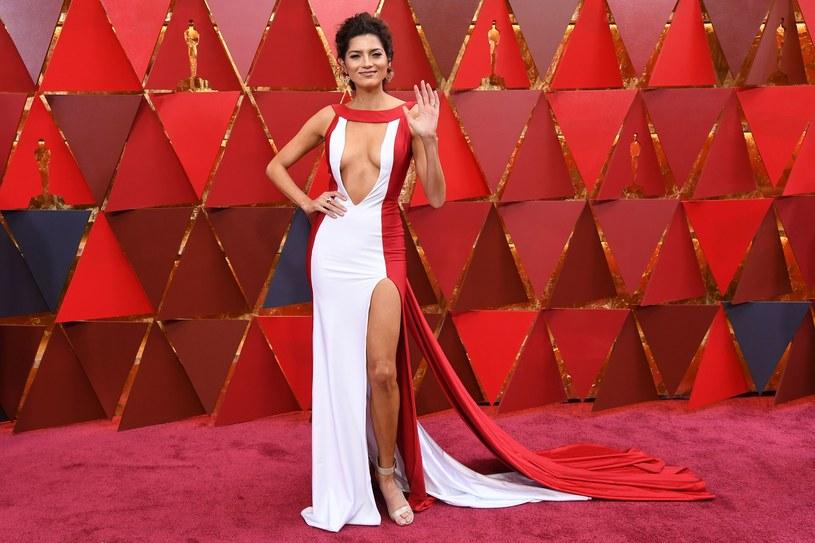 Nicole Kidman wybrała imponującą kobaltową suknię od Armani Prive, Margot Robbie pojawiła się w eleganckiej białej kreacji Chanel, zaś Jennifer Lawrence postawiła na metaliczne cekiny od Diora. Oscarowa gala obfitowała w filmowe niespodzianki i modowe olśnienia.