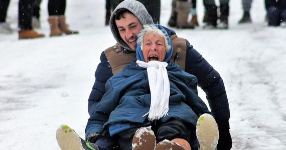 """86-letnia Eileen Maguire nie potrafiła się oprzeć pokusie i zakosztować sanny. Zdjęcie Irlandki pędzącej na sankach z wnukiem jest teraz hitem internetu. """"To był impuls"""" - mówi mieszkanka Rathpeacon w rozmowie z BBC."""