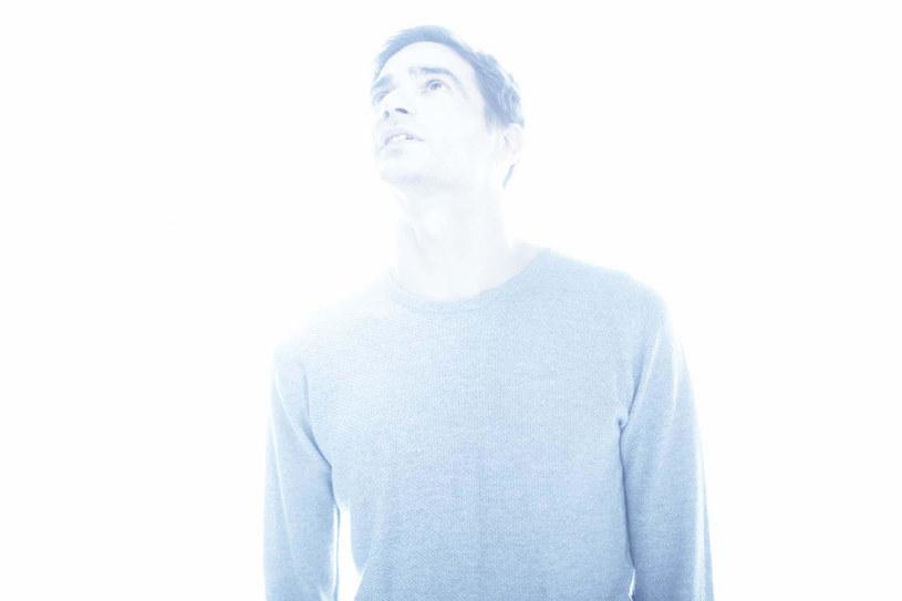 """4 maja ukaże się album Jona Hopkinsa """"Singularity"""". Wydawnictwo zapowiada singel """"Emerald Rush"""". Z materiałem jeden z najważniejszych producentów nowej elektroniki pojawi się na tegorocznym OFF Festivalu."""