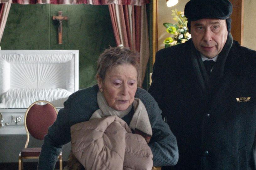 """Środek mroźnej zimy, podupadający zakład pogrzebowy. Nagle zjawia się ratunek... nieboszczyk. To początek """"Wielkiego zimna"""", debiutu pełnometrażowego Gérarda Pautonnier. Film pojawi się na ekranach polskich kin w najbliższy piątek, 9 marca."""