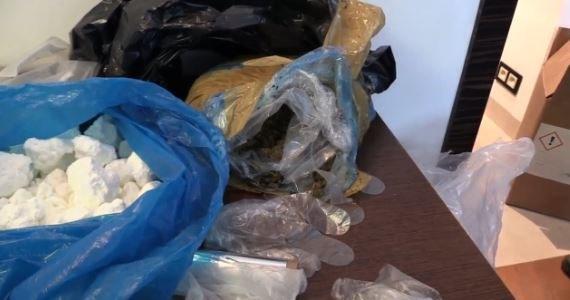 Stołeczni policjanci zlikwidowali magazyn, w którym było blisko 60 tys. porcji gotowych do sprzedaży narkotyków o czarnorynkowej wartości 3 mln zł. Zatrzymali także cztery osoby podejrzane o handel.