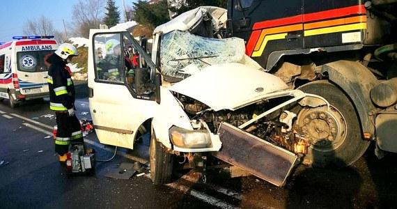 2 osoby zginęły, a 4 zostały ranne z w zderzeniu busa z tirem na DK 28 w Birczy na Podkarpaciu. Droga jest całkowicie zablokowana.