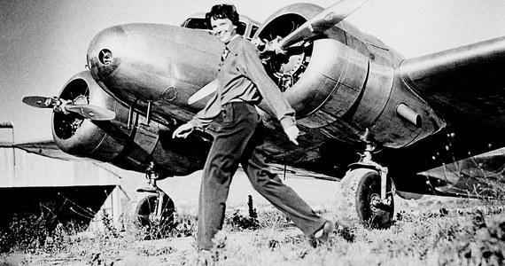 """Powtórna analiza wyników pomiarów siedmiu kości znalezionych blisko 80 lat temu na małej wysepce na Pacyfiku wskazują, że mogły należeć do zaginionej, legendarnej amerykańskiej pilotki, Amelii Earhart. Pisze o tym w najnowszym numerze czasopismo """"Forensic Anthropology"""" Richard Jantz. Emerytowany profesor Uniwersytetu Tennessee stwierdza, że wnioski, które wyciągnięto bezpośrednio po badaniach kości w 1940 roku były błędne. Wykonujący pomiary lekarz, D. W. Hoodless stwierdził wtedy, że kości należały do mężczyzny."""