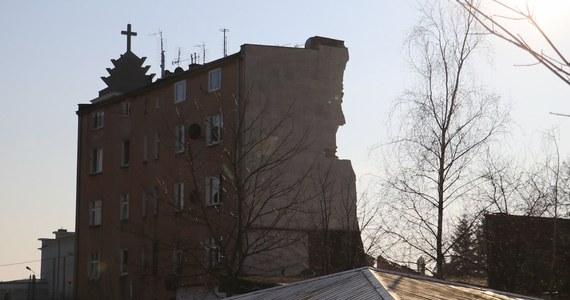 Wyniki sekcji zwłok czterech ofiar katastrofy w Poznaniu potwierdzają, że ich śmierć nastąpiła bez udziału osób trzecich - taką informację przekazała poznańska prokuratura. Wcześniej śledczy potwierdzili nieoficjalne ustalenia dziennikarzy RMF FM o tym, że obrażenia jednej z ofiar - kobiety, której ciało zostało zbadane w poniedziałek - wskazują, że została ona zamordowana. Eksplozja w kamienicy mogła więc być efektem celowego działania i próbą zatarcia śladów zabójstwa.
