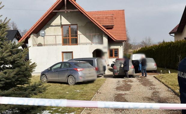 Według wstępnych ustaleń prokuratury, prawdopodobną przyczyną śmierci 36-letniej kobiety w Zelczynie było powieszenie, a trójka jej dzieci zginęła przez uduszenie – poinformował rzecznik Prokuratury Okręgowej w Krakowie prok. Janusz Hnatko.