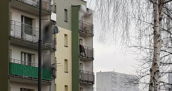 Tragedia w Rudzie Śląskiej w bloku przy ulicy Zgrzebnioka. Lokator jednego z mieszkań był powieszony na balkonie. Wcześniej w lokalu wybuchł pożar. Informację dostaliśmy na Gorącą Linię RMF FM.