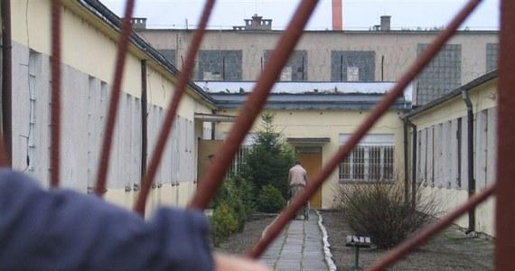 W przyszłym tygodniu do Sądu Najwyższego trafi wniosek o wznowienie sprawy brutalnego gwałtu 15-latki z Miłoszyc na Dolnym Śląsku sprzed 21 lat. Prokuratura wniesie o uniewinnienie Tomasza K., który w 2004 roku został skazany na 25 lat więzienia za śmierć nastolatki. Śledczy, którzy podjęli próbę ustalenia innych sprawców tej zbrodni, uważają, że mężczyzna, który spędził w więzieniu 18 lat, jest niewinny.