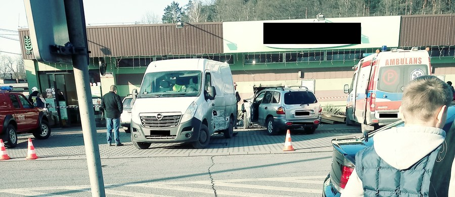 Groźny wypadek w Sułkowicach koło Myślenic w Małopolsce. Kierowca samochodu osobowego wypadł z łuku drogi i wjechał w pobliski sklep.
