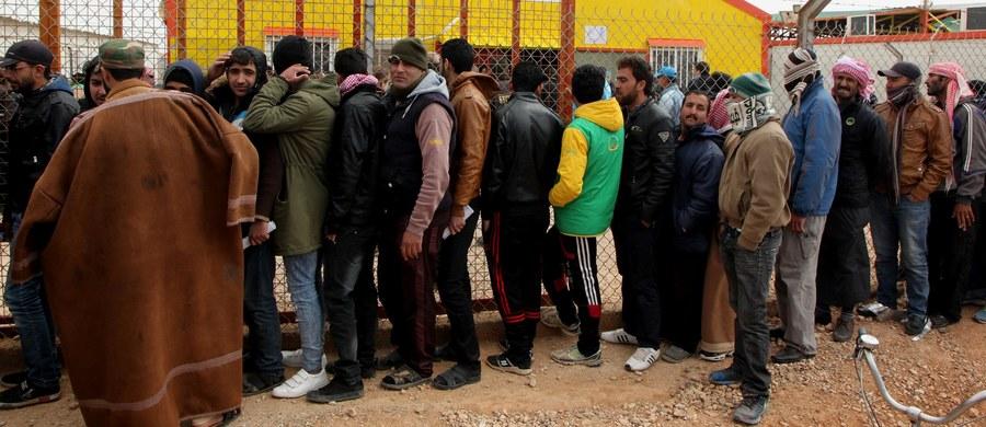 Obowiązkowy mechanizm rozdziału uchodźców powraca - ustaliła korespondentka RMF FM Katarzyna Szymańska-Borginon. Jest dokument z propozycją reformy systemu azylowego Unii Europejskiej. To wynik negocjacji państw członkowskich, które toczą się na grupach roboczych.