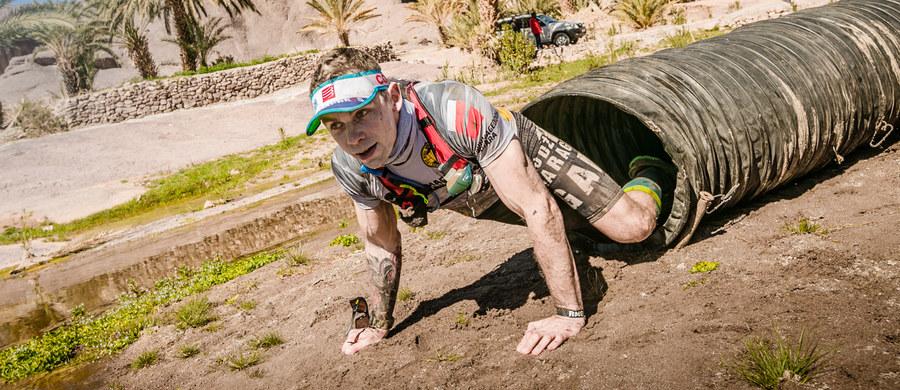 W czwartek wystartował pierwszy, historyczny etap Runmageddonu Sahara. Na starcie stanęło 44 śmiałków, gotowych na zmierzenie się z suchym, marokańskim klimatem oraz konstrukcyjnymi przeszkodami, znanymi z polskich edycji Runmageddonu. Wśród nich znalazł się były bramkarz reprezentacji Polski – Jerzy Dudek. Na inauguracyjnym etapie biegu zdecydował się na formułę Sahara 50 (50 km w trzy dni). Po zakończeniu zmagań podzielił się swoimi wrażeniami.