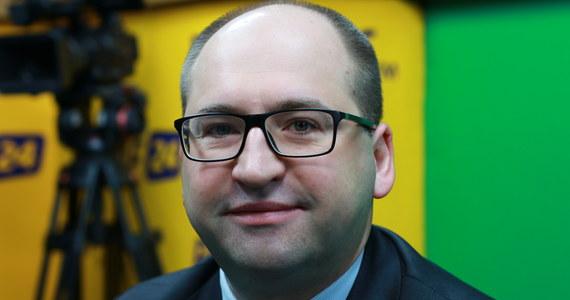 """""""Z badań przedstawionych przez związki zawodowe - np. przez NSZZ Solidarność - wynika, że większość Polaków popiera zakaz handlu w niedziele"""" - mówi Gość Krzysztofa Ziemca w RMF FM Adam Bielan. Wicemarszałek Senatu pytany o to, czy obóz rządzący jest ewentualnie gotów wycofać się z przepisów dotyczących zakazu handlu w niedziele, odpowiada: """"Nie jestem upoważniony, żeby składać takie deklaracje. Natomiast będziemy obserwować wpływ tego, co się wydarzyło - na rynek pracy, na gospodarkę"""". Pytany o  o to, jak wyglądają naprawdę stosunku polsko-amerykańskie, zapewnia, że """"nie ma żadnego zamrożenia stosunków"""". """"Uważam, że relacje polsko-amerykańskie są najlepsze w historii. Nie są dobre, są bardzo dobre. (…) Nigdy wcześniej wojska amerykańskie nie stacjonowały na terytorium Polski. (…) Nigdy wcześniej czy od wielu lat USA nie zwiększały tak mocno swojego budżetu na obronę Europy, przede wszystkim flanki wschodniej, czyli Polski"""" - przekonuje polityk."""