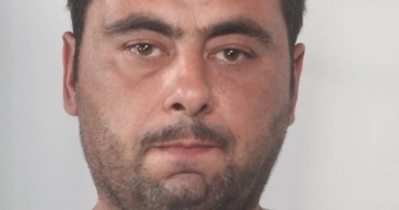 Policjanci z Opola prowadzą poszukiwania Piotra Brzózki. Za mężczyzną wystawiono list gończy. Ma odpowiedzieć m.in. za handel ludźmi i kradzieże.