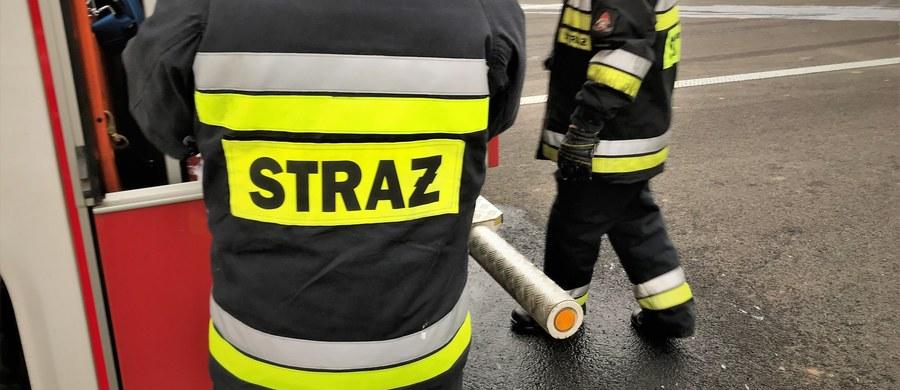 41-letni mężczyzna zmarł w wyniku pożaru domu wielorodzinnego w Komprachcicach na Opolszczyźnie. Prawdopodobną przyczyną zgonu było zaczadzenie - informuje straż pożarna.