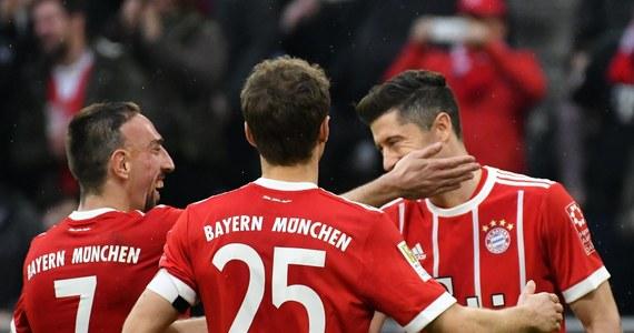 """Robert Lewandowski ustrzelił w sobotę hat-tricka, a Bayern Monachium rozbił Hamburger SV 6-0 w meczu 26. kolejki Bundesligi. Polak został najskuteczniejszym obcokrajowcem w historii klubu z Monachium (142 gole). W sobotę wyprzedził Giovanego Elbera i jest szósty w zestawieniu wszech czasów. Do piątego Dietera Hoenessa traci już tylko trzy bramki. Z kronikarskiego obowiązku informujemy jedynie, że """"Lewy"""" nie wykorzystał rzutu karnego."""