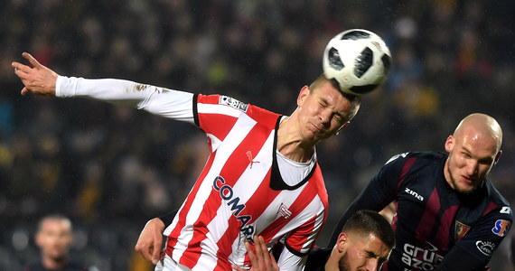 Cracovia wygrała w Szczecinie z Pogonią 3:0 i jest coraz bliższa awansu do górnej ósemki piłkarskiej ekstraklasy. Pogoń za to znów wraca do strefy spadkowej, chociaż miała tym meczem uciec z grona drużyn zagrożonych spadkiem. Stałoby się tak, gdyby odniosła zwycięstwo. Tymczasem przez 90 minut grając bardzo chaotycznie nie potrafiła znaleźć sposobu na pokonanie obrony gości i bramkarza Michala Peskovicia.