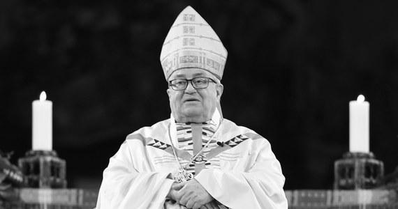Były biskup Moguncji, kardynał Karl Lehmann zmarł w niedzielę rano w swym domu w Moguncji - poinformowała jego diecezja, na którą powołuje się agencja dpa. 16 maja skończyłby 82 lata. Jesienią ubiegłego roku przeszedł udar mózgu.