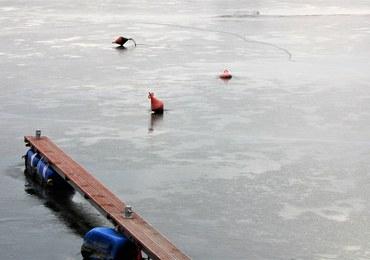 Akcja ratownicza na Jeziorze Zaleskim. 4 osoby wpadły do wody