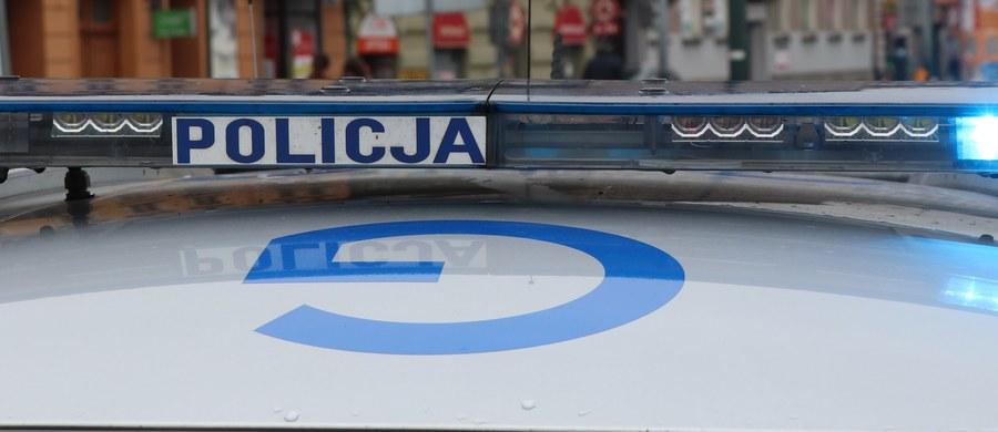 Małopolska policja poszukuje kierowcy, który w podkrakowskich Balicach śmiertelnie potrącił mężczyznę. Sprawca nie udzielił pomocy pieszemu i zbiegł z miejsca wypadku.