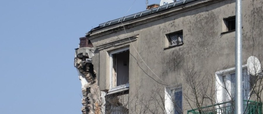 Mieszkańcy ocalałej części kamienicy na poznańskim Dębcu najprawdopodobniej w ogóle nie będą mogli wrócić do mieszkań po swoje rzeczy. Tydzień temu część budynku zawaliła się po wybuchu. Zginęło pięć osób, ponad 20 zostało rannych.