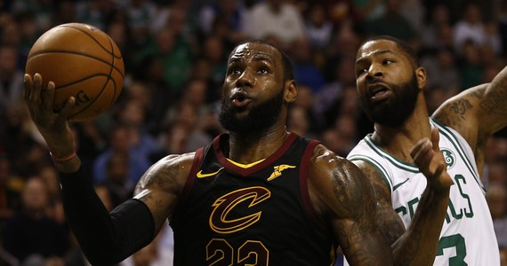 """Słynny koszykarz LeBron James zdradził w rozmowie z portalem ESPN, że jest w stanie grać zawodowo nawet do czterdziestki, jeśli tylko… jego syn będzie miał realne szanse, by stanąć naprzeciwko niego na parkietach NBA. """"Takiej okazji nie mógłbym przepuścić"""" - stwierdził Amerykanin."""