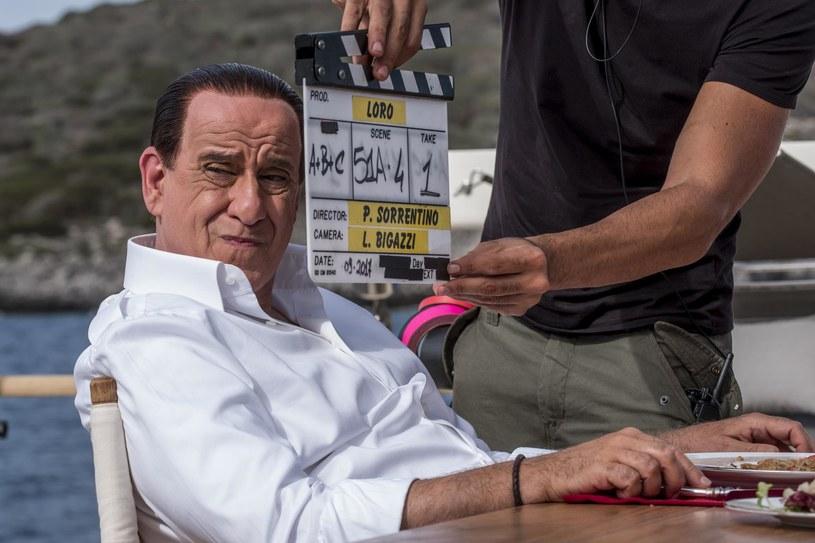 We Włoszech ujawniono pierwsze fragmenty bardzo oczekiwanego filmu o byłym premierze Silvio Berlusconim, nakręconego przez laureata Oscara Paolo Sorrentino. Polityka i magnata medialnego gra znany aktor Toni Servillo.